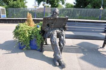 march-statue-of-sir-nicholas-winton-lyn-perkins